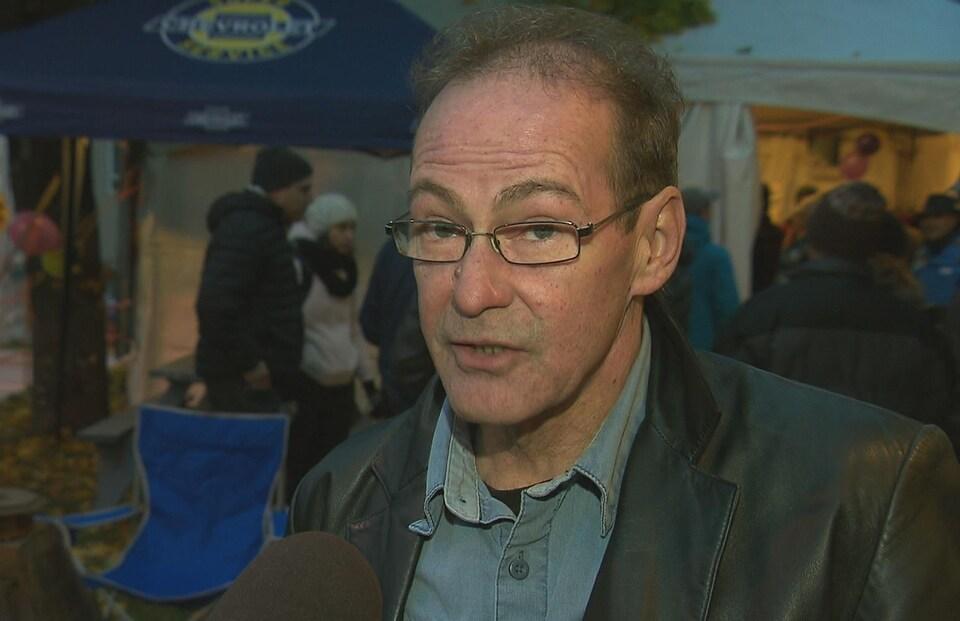 Nelson Desrosiers accorde une entrevue à Radio-Canada.