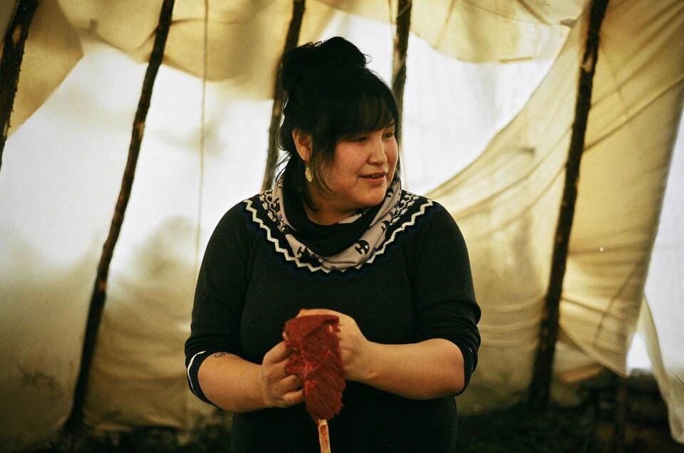 Pasha Abraham, 31 ans, est une résidente de Whapmagoostui née d'une mère crie et d'un père inuit. À l'âge de 18 ans, la jeune femme a choisi de s'inscrire sur le registre des bénéficiaires cris.