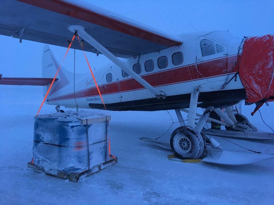 Photo de l'avion attaché parce qu'il risque d'être emporté avec le vent