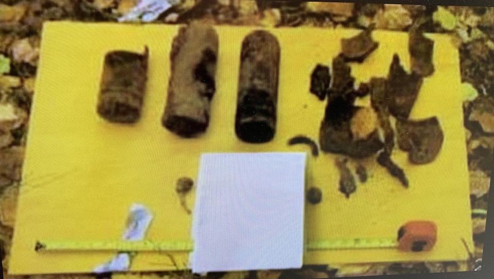 Des cartouches d'obus rouillées.