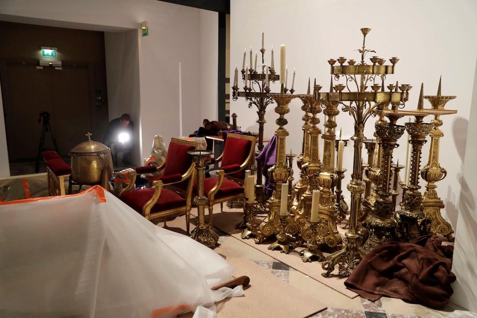 Des chandeliers et des meubles sont entreposés à l'hôtel de ville de Paris.