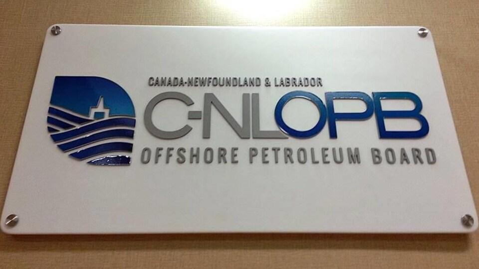 Enseigne de l'Office Canada-Terre-Neuve-et-Labrador des hydrocarbures extracôtiers.