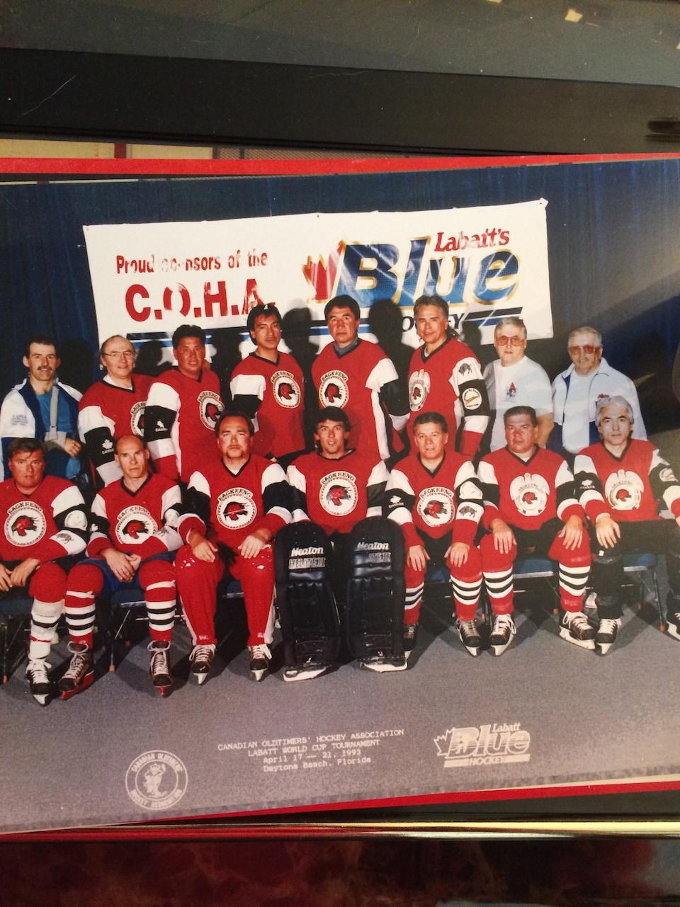 Photographie de l'équipe des Oldtimers de Sagkeeng en 1993 : douze joueurs et trois entraîneurs.