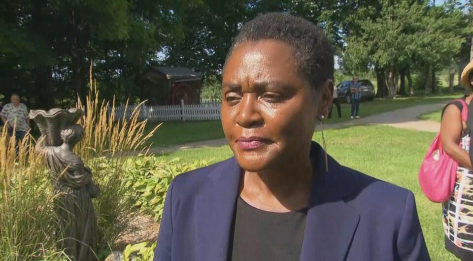 Olive Kamanyana répond aux questions d'une journaliste.