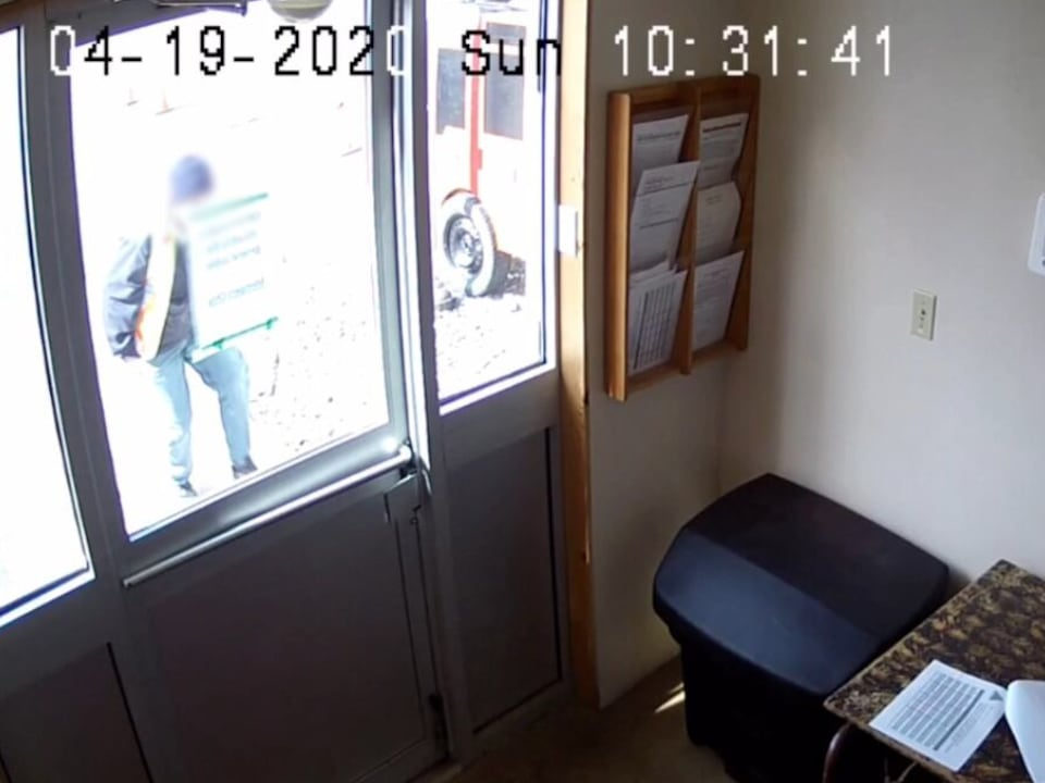 L'homme à l'extérieur s'approche de la porte.