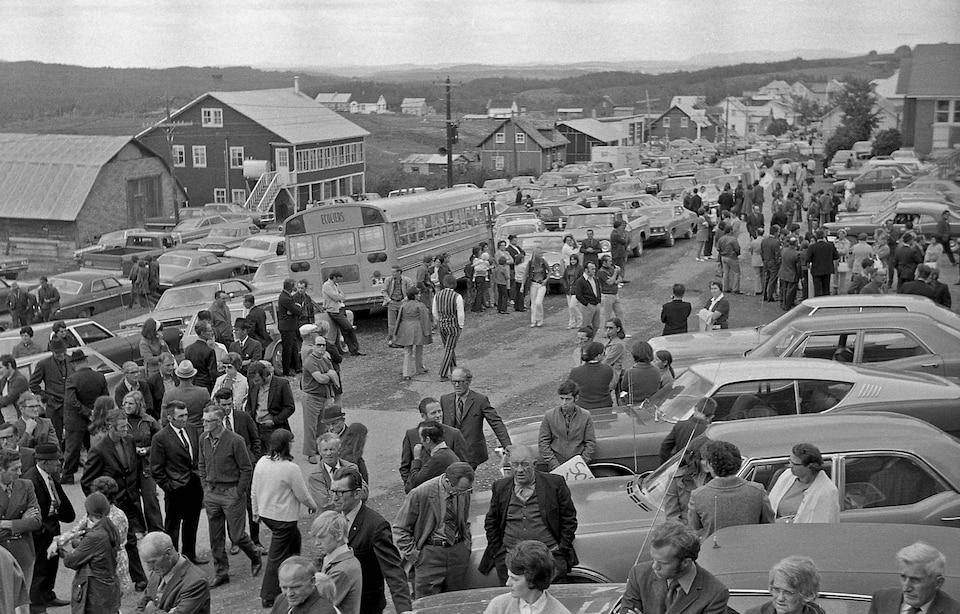 Dans les années 70, des milliers de personnes se sont mobilisées pour empêcher la fermeture de leur village dans le cadre des Opérations Dignité