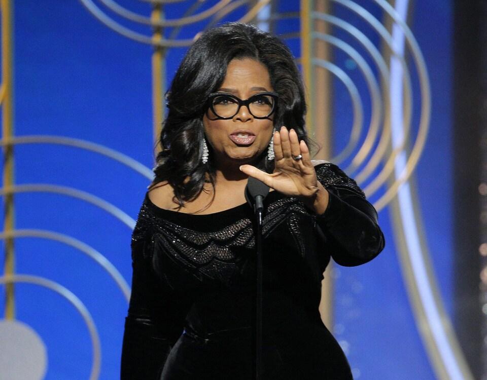 Oprah Winfrey s'adresse à l'auditoire.