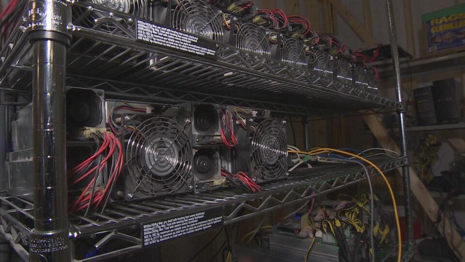 Les ordinateurs spécialisés dans le minage de bitcoins sur une étagère.