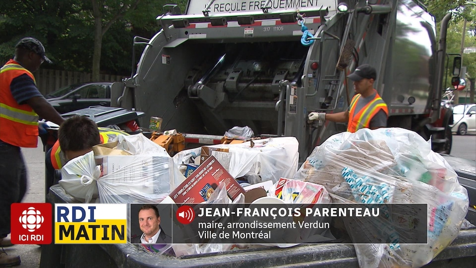 Des éboueurs ramassent des déchets.