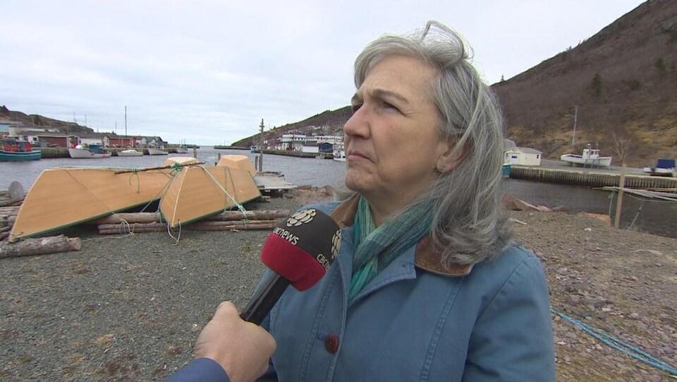 Kimberly Orren en entrevue dans un petit port de pêche