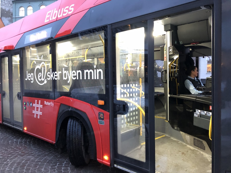 La porte d'un autobus est ouverte.