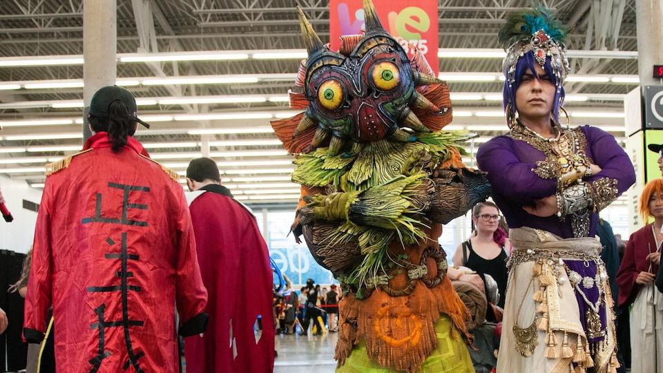 Deux jeunes hommes mexicains prennent la pose dans leur costumes sophistiqués, au Palais des Congrès, à Montréal.