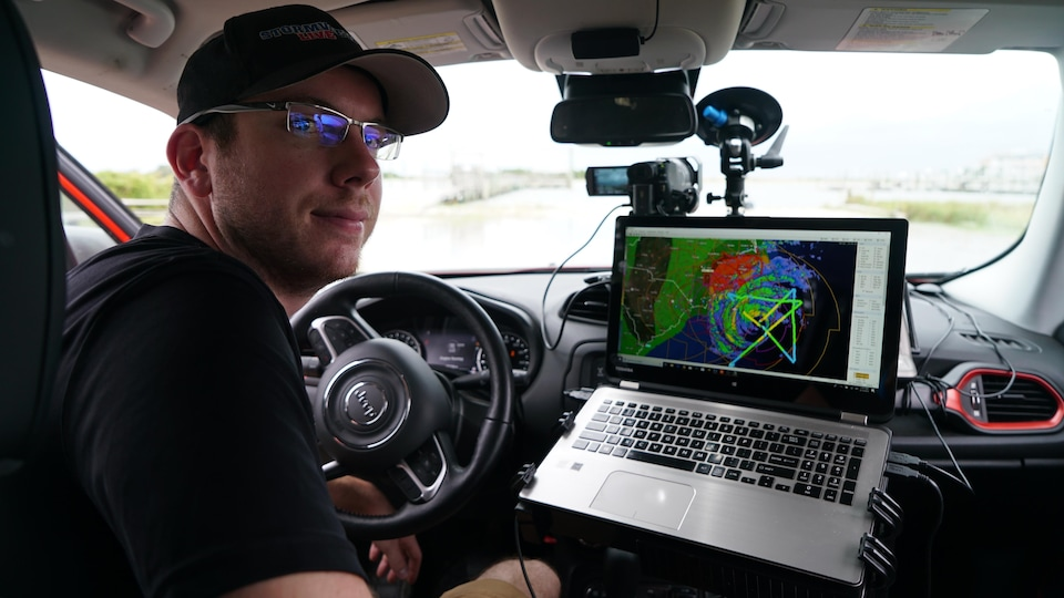 Un ordinateur et une caméra sont placés directement à côté du poste de chauffeur d'une automobile.