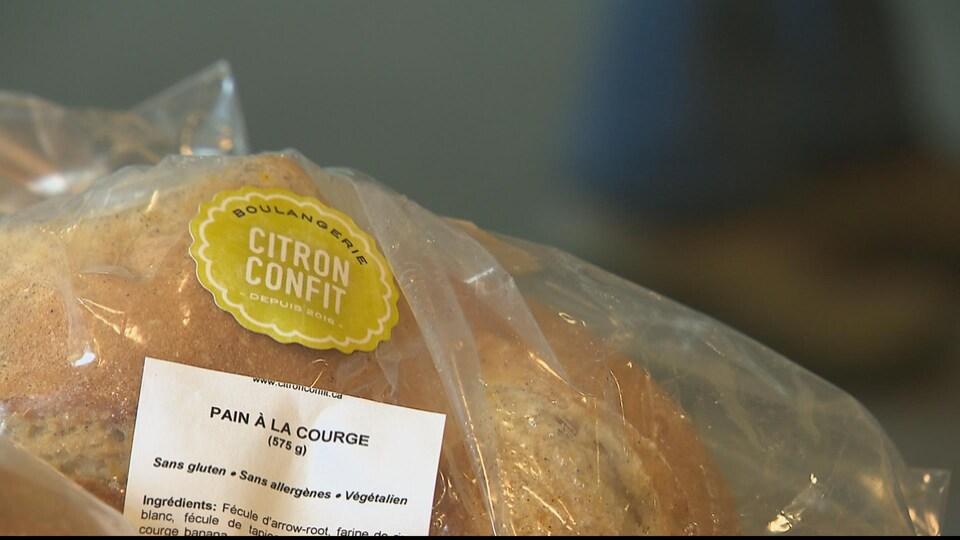 Un pain à la courge est emballé et porte le logo de la boulangerie.