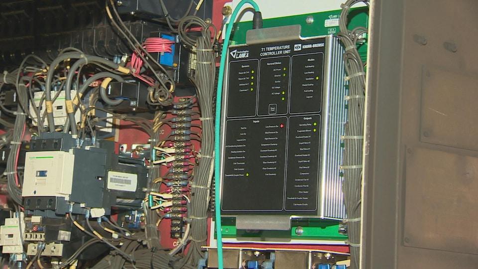 Un panneau contrôle de la température à l'intérieur du wagon.