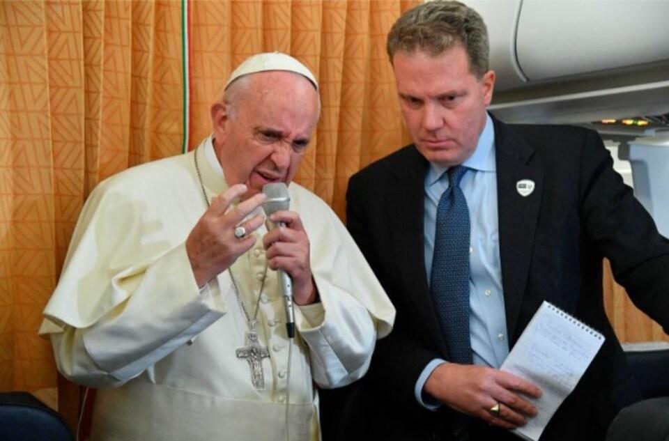 le pape françois en soutane blanche s'exprime au micro, il y a un homme en costard noir à côté de lui