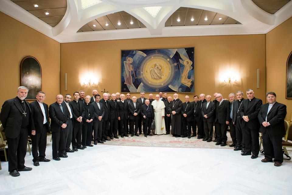 Le pape François est entouré des membres de la conférence épiscopale chilienne.