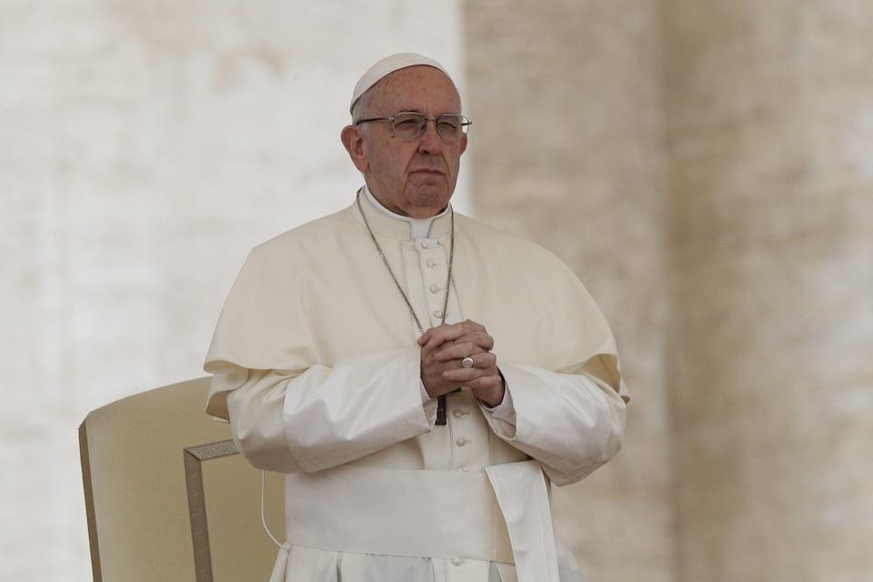 Le pape François qui prie à la place Saint-Pierre au Vatican, en mai 2018