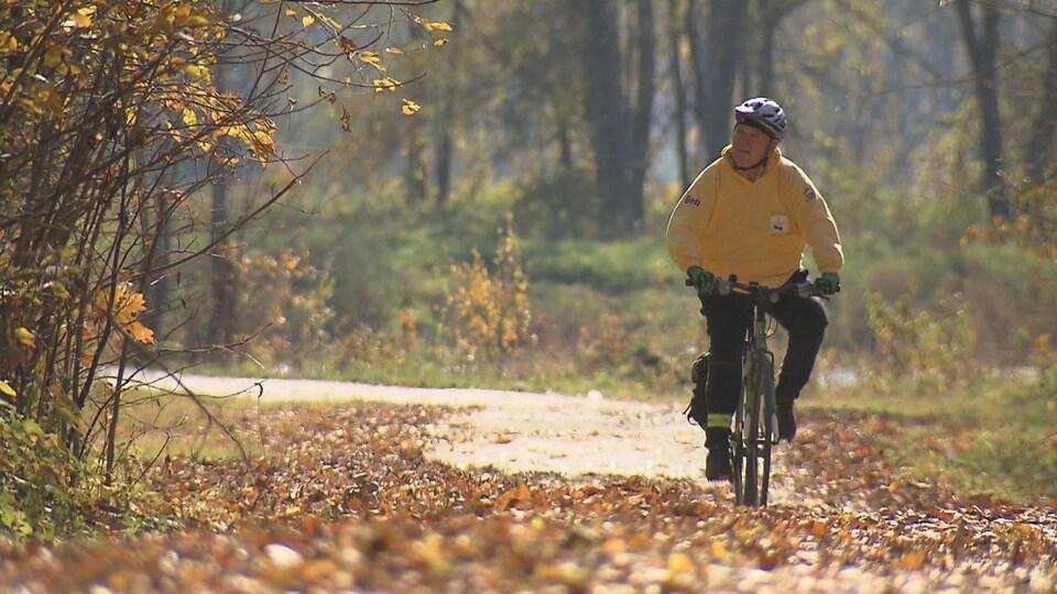 Un homme contemple la nature en faisant du vélo.
