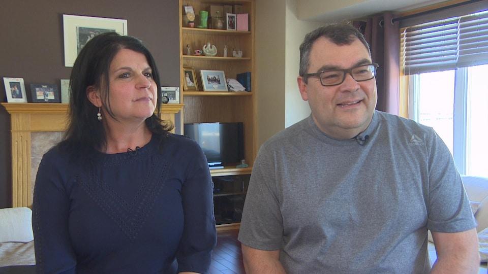 Une homme et une femmes assis côte à côte.
