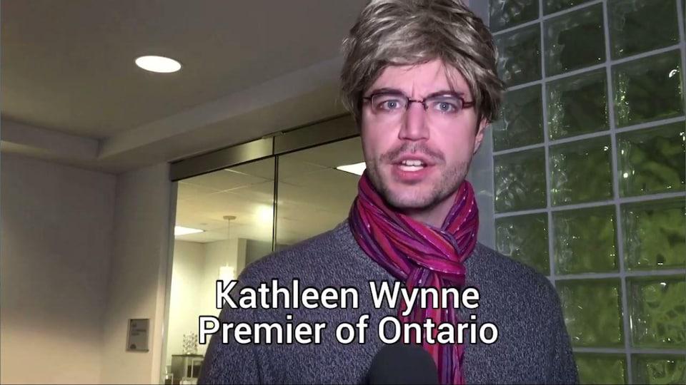 Un homme déguisée en Kathleen Wynne