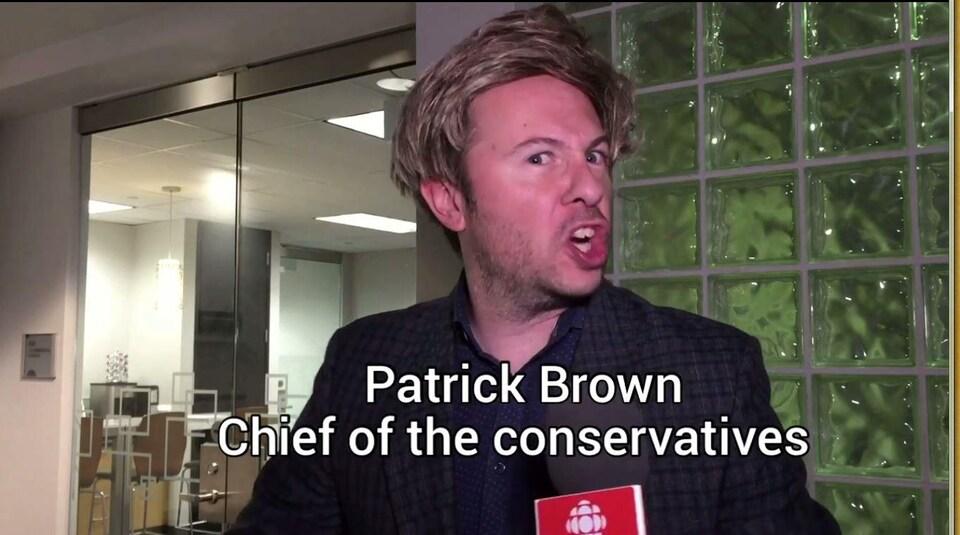 Un homme déguisé en Patrick Brown. La ressemblance est vague.