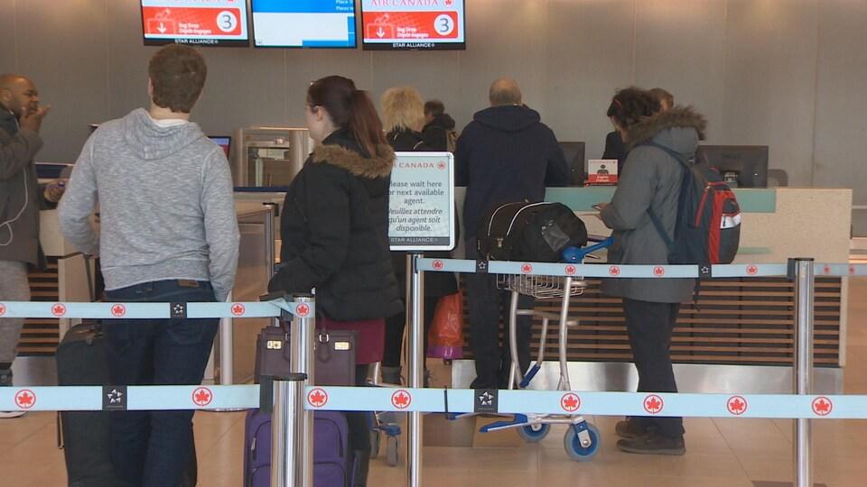 Des passagers font la file à l'aéroport d'Halifax.