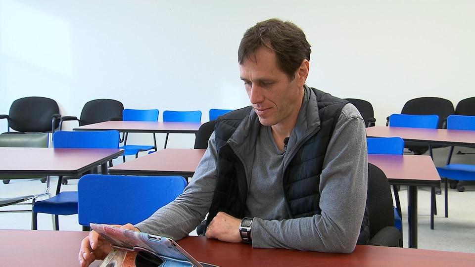 Éric Leblanc, atteint de cancer, consulte le site cancergaspesie.ca, alors qu'il ne lierait pas autrement tous les documents écrits offerts à l'hôpital.