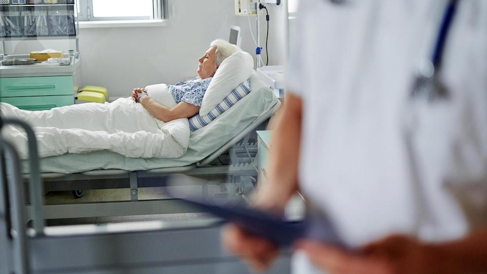 Une patiente se repose à l'hôpital.