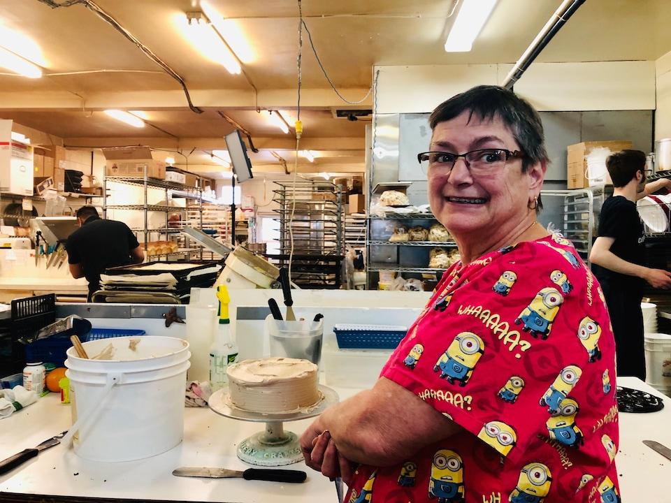 Patricia Wiersma se tient debout dans la cuisine de sa boulangerie.