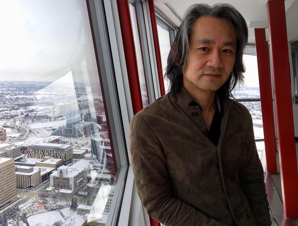 Patrick Lor, associé dans le fond d'investissement Panache Ventures, en haut de la Calgary Tower.