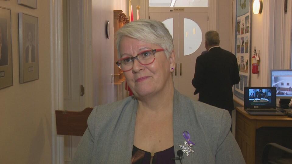 Paula Biggar, la ministre des Transports, en entrevue télévisée.