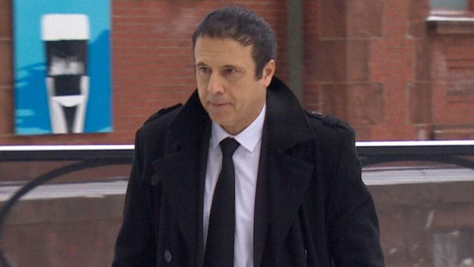 Payman Hakimian marche vers le tribunal où se déroule le second procès de Dennis Oland.