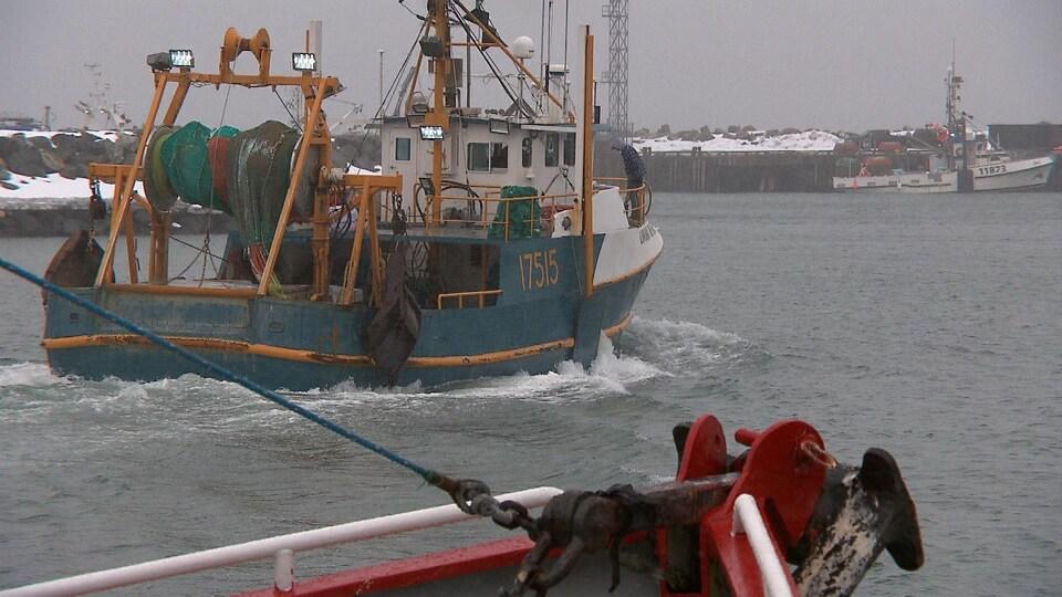 Bateau de pêche à la crevette au départ de la saison de pêche, en avril