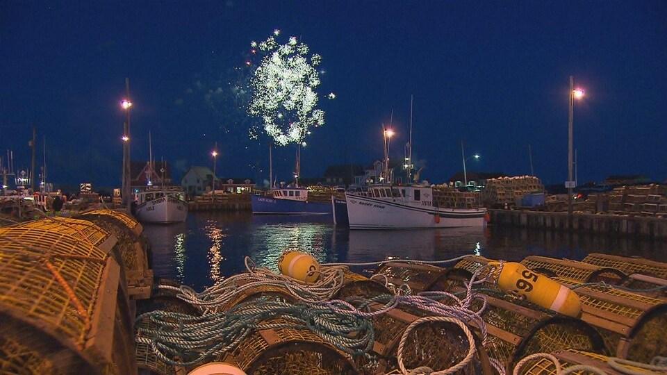 Bateaux de pêche à quai et feux d'artifice