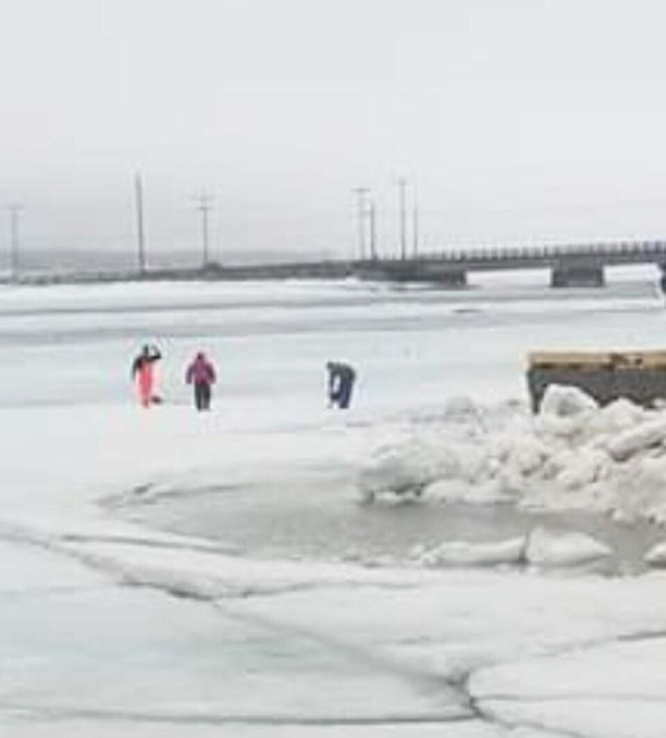 Lundi, à Shippagan, des pêcheurs tentaient de briser les glaces à l'aide d'une scie mécanique