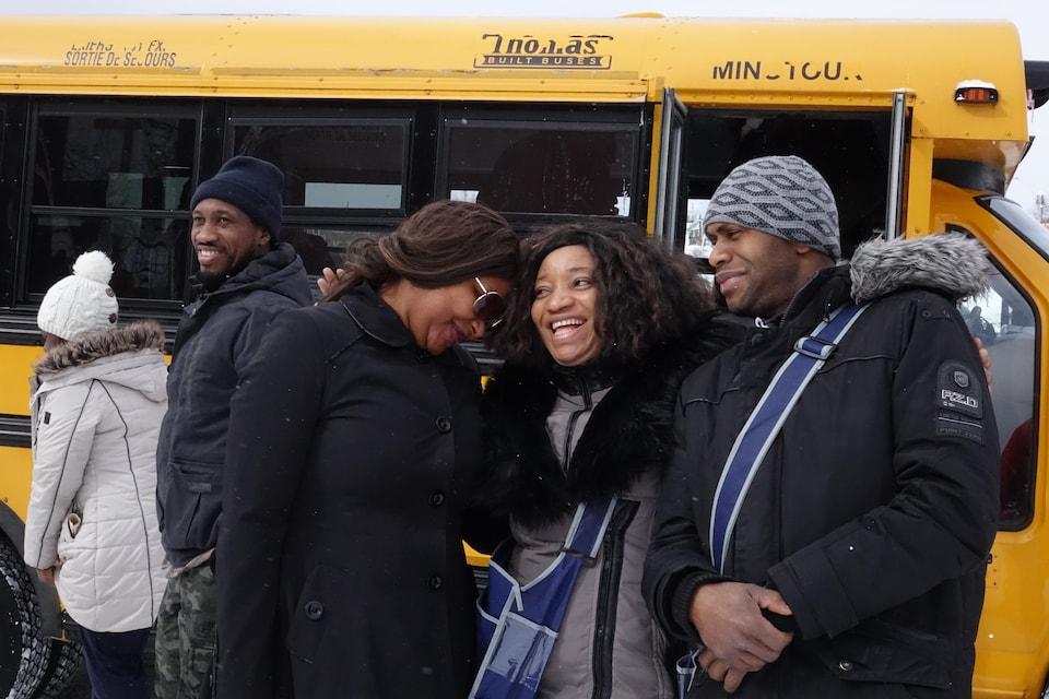 Balima, devant l'autobus scolaire, avec Mariana et Amadou Bah, originaires de la Guinée.