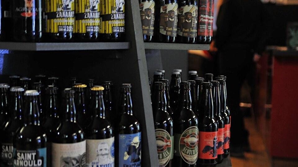 Des bières de microbrasserie disposées sur des étagères du dépanneur Peluso, à Montréal.