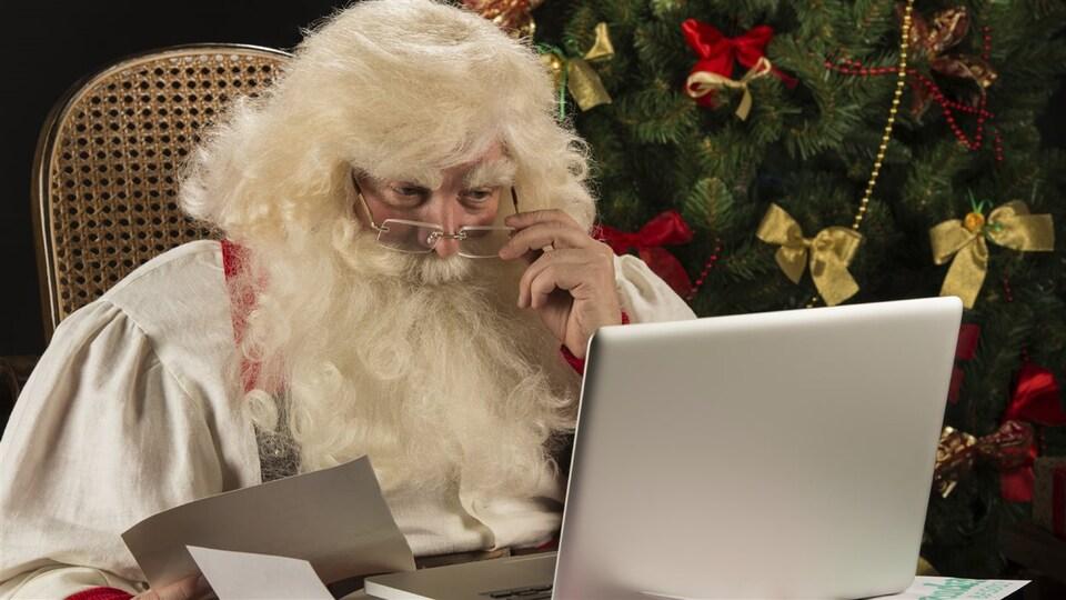 Le père Noël consulte son ordinateur