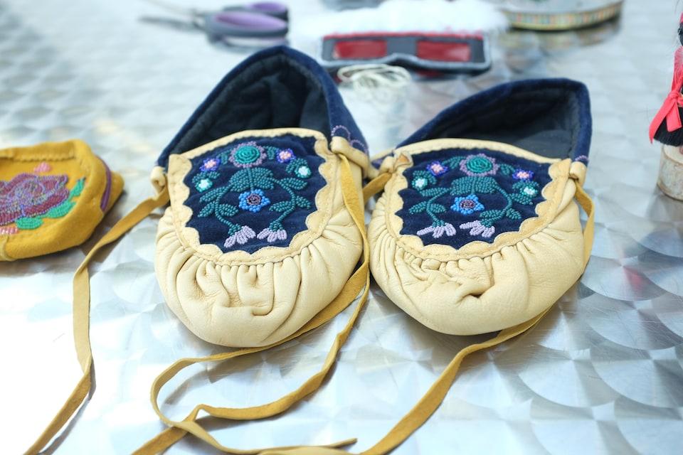 Des mocassins recouverts de perles par l'artiste algonquine Jobena Petonoquot