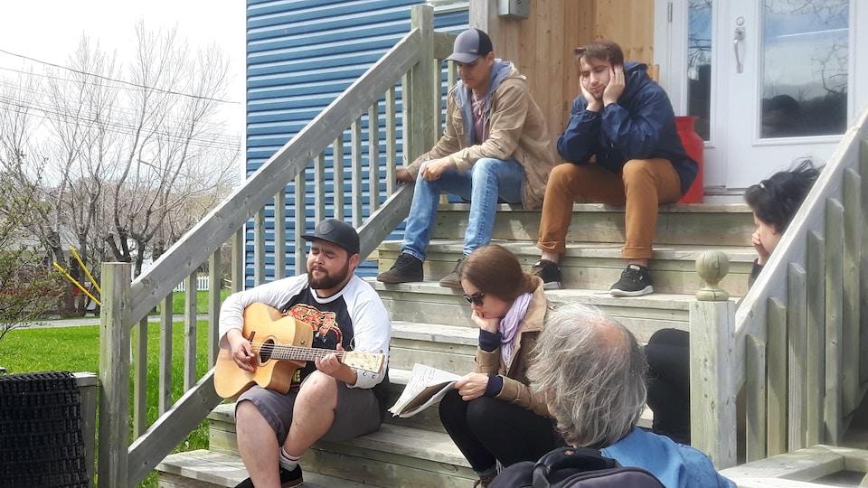 Matiu, à la guitare, entouré de Scott-Pien Picard, Cédrik St-Onge,  Karen Pinette-Fontaine et Joëlle Saint-Pierre.  De dos, le directeur musical Réjean Bouchard