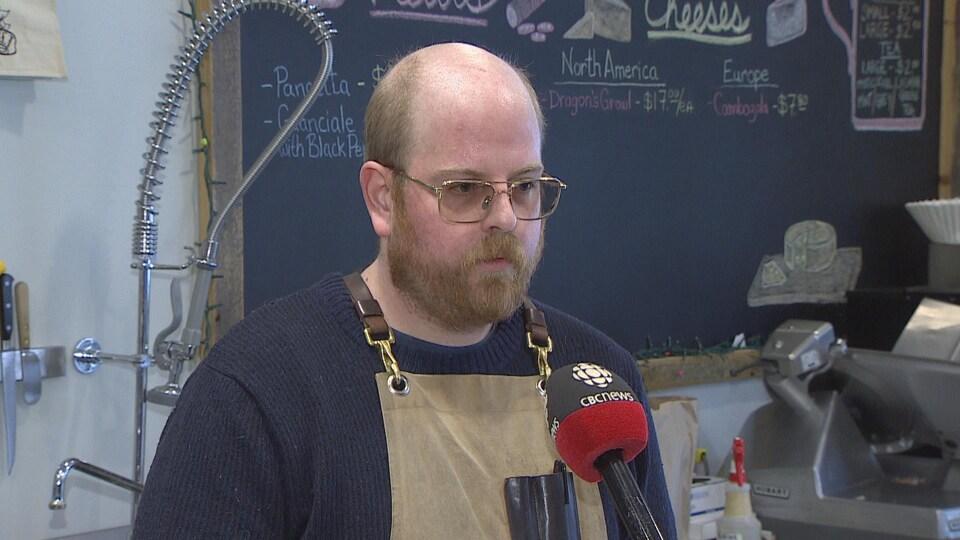 Phil Homburg répond aux questions d'une journaliste de CBC.