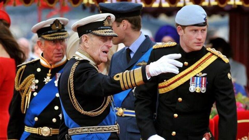 Le prince Philippe avec le prince Harry et le prince Charles lors du jubilé de la reine en 2012.