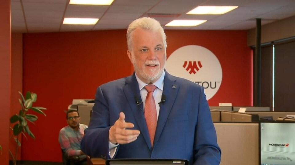 Le premier ministre Philippe Couillard lors du dévoilement de la toute première Stratégie nationale de la main-d'œuvre.