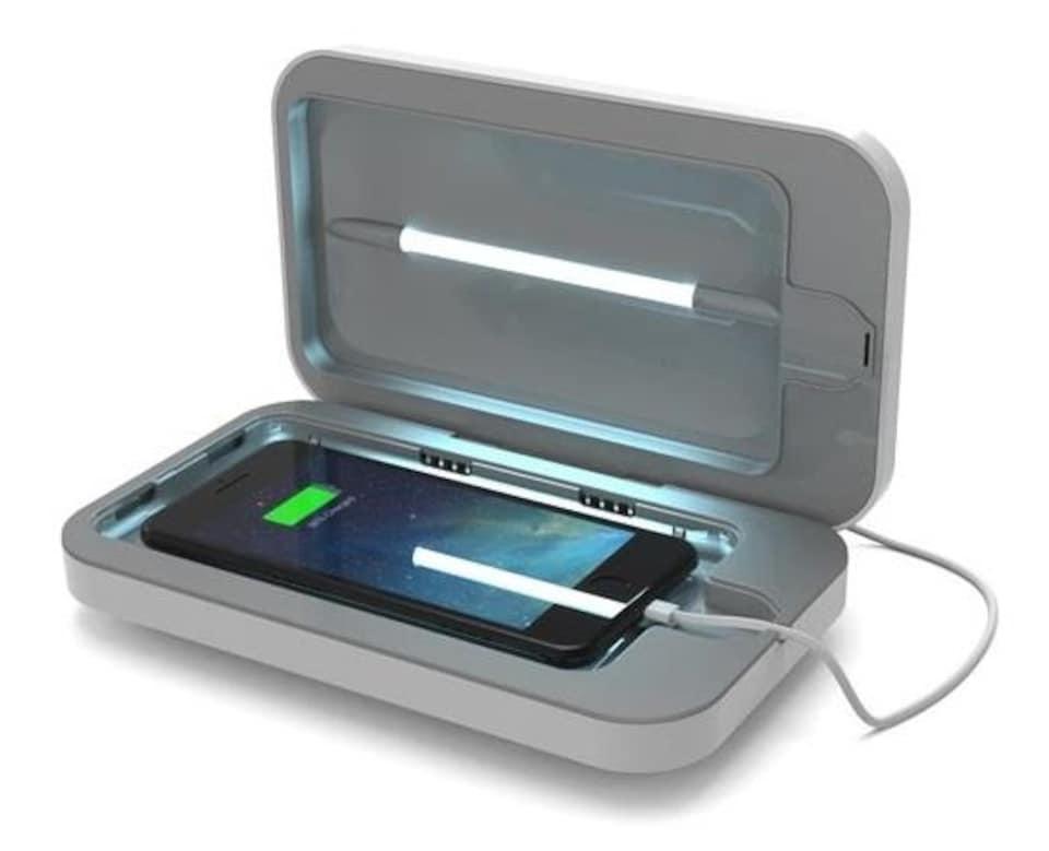 Le PhoneSoap 3 est un appareil qui se referme sur lui-même, comme un lit de massage, dans lequel on met un téléphone intelligent. Il est équipé de lampes UV.