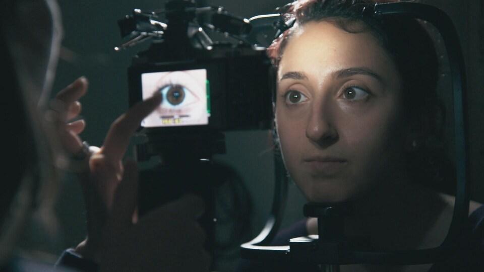 L'équipe du professeur Mark Shriver prend des photos des yeux des participants aux recherches.