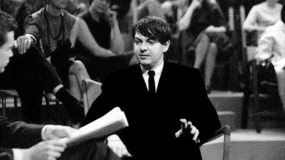 Au «Gala des jeunes auteurs» en 1964, l'auteur et lauréat du concours Michel Tremblay interviewé par l'animateur Jacques Boulanger.