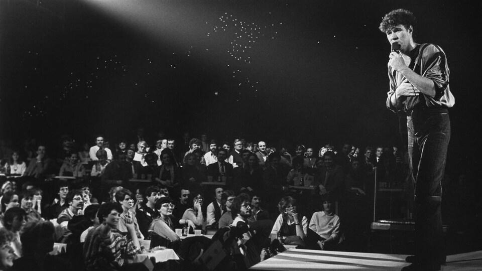 Sur la scène du Spectrum de Montréal, devant les spectacteurs, en 1984.