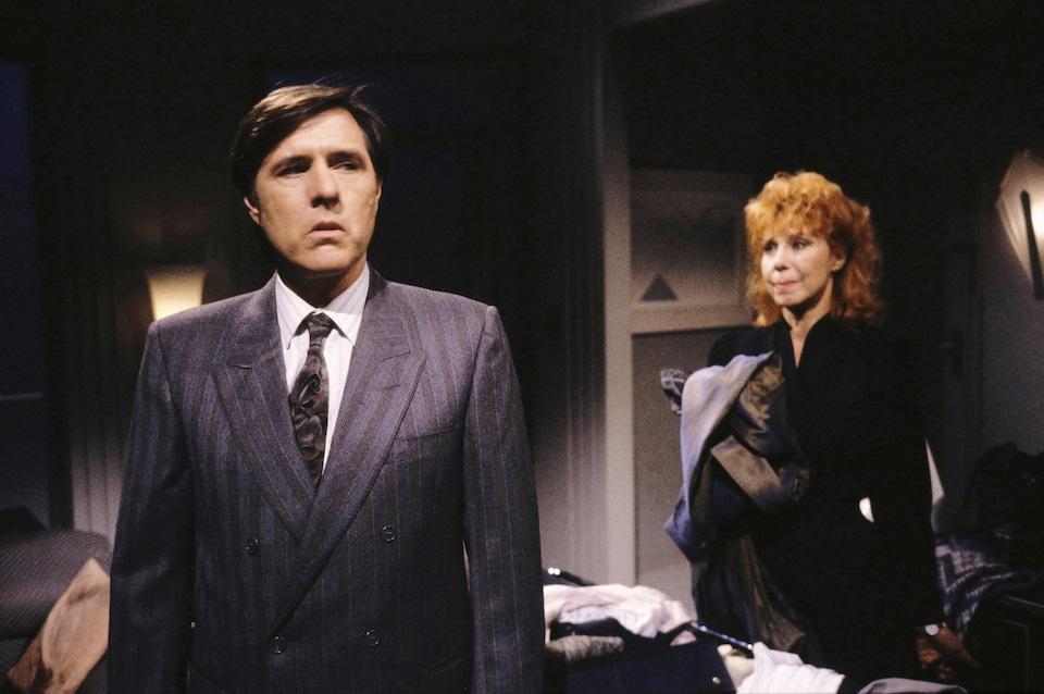 Les comédiens Pierre Curzi et Michelle Rossignol sur le plateau de la série <em>Un signe de feu</em>.