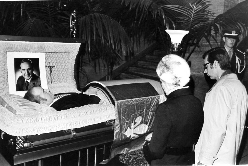Le premier ministre québécois Robert Bourassa et son épouse s'agenouillent devant le corps de l'ancien ministre Pierre Laporte assassiné par le FLQ, en octobre 1970.